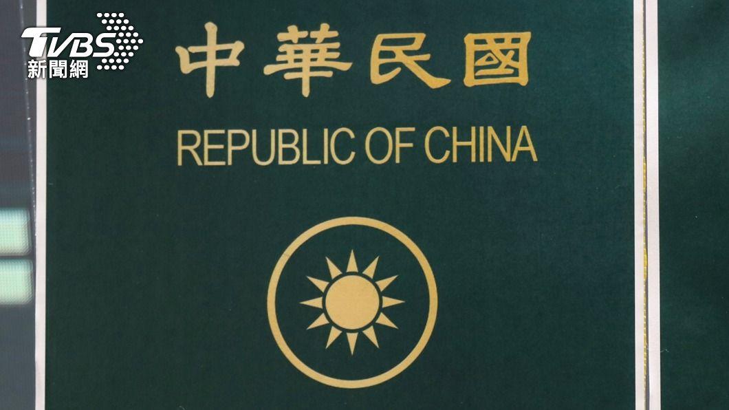 圖為舊版護照上的國徽。(圖/中央社) 內政部:國民黨徽與國徽類似 宜適度調整