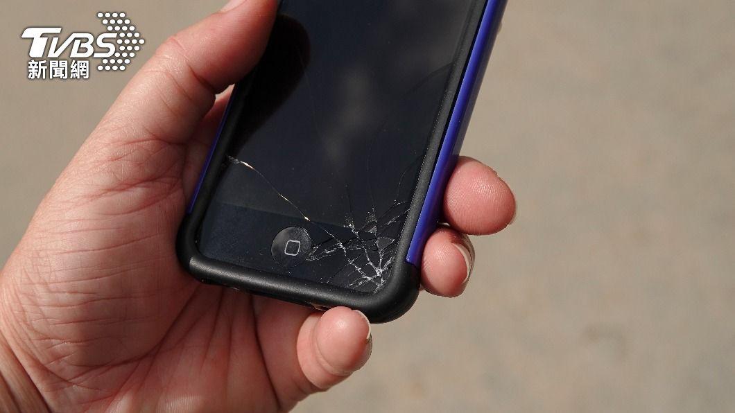 手機螢幕保護貼破裂不換,恐將造成悲劇。(示意圖/shutterstock達志影像) 不甩保護貼破裂狂滑手機 陸女「碎片插進骨頭」急開刀