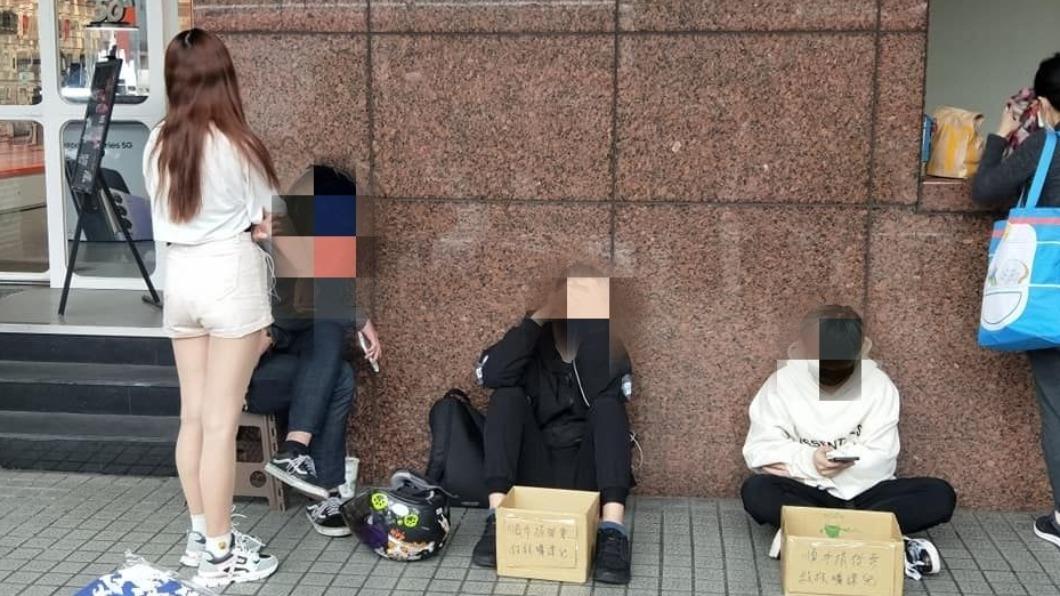 學生坐在捷運公館一號站出口乞討。(圖/翻攝自「爆怨2公社」) 公館捷運站驚見學生擋路乞討 爽滑手機喊「救救曠課兒」
