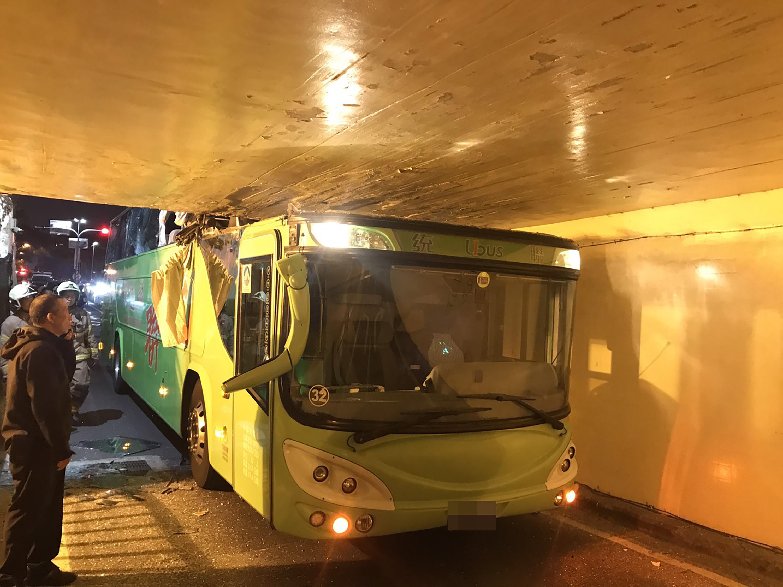 圖/中央社 統聯巴士疑誤闖機車道卡住 台南小東地下道打結
