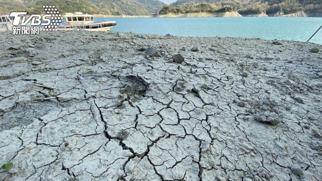 台灣近期陷入50年來最嚴重乾旱,圖為南化水庫岸際因乾旱而出現裂痕。(圖/中央社) 台灣旱象難解 紐時關注半導體業與農民爭水