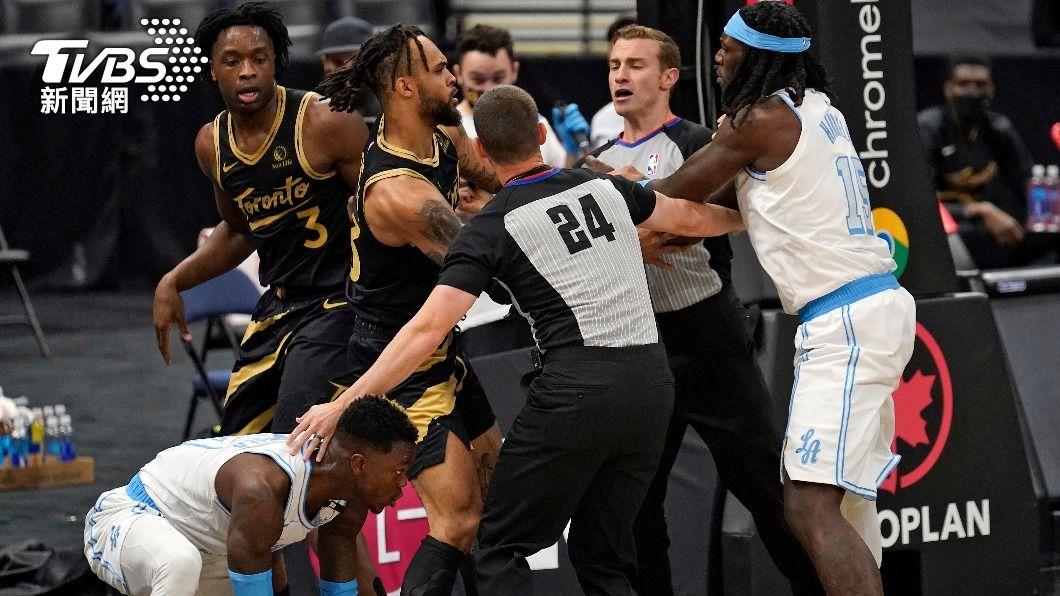 6日NBA暴龍對湖人比賽爆發全武行。(圖/達志影像美聯社) NBA湖人、暴龍上演全武行 聯盟罰3球員禁賽