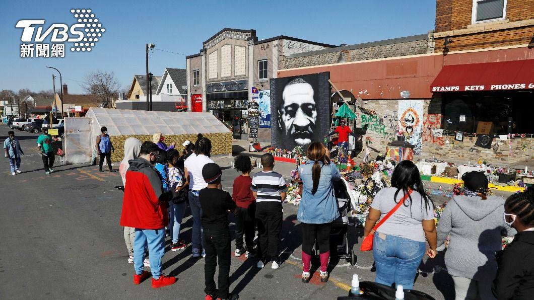 非裔男子佛洛伊德喪命,醫生認為死因是缺氧。(圖/達志影像路透社) 續審非裔佛洛伊德遭警壓頸案 醫作證:缺氧而死