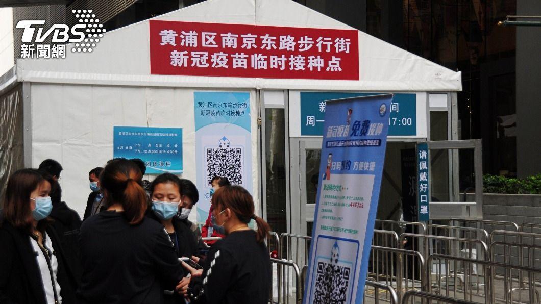 上海近日在南京路步行街增設臨時疫苗接種點。(圖/中央社) 上海增設現場預約接種點 加快新冠疫苗施打效率