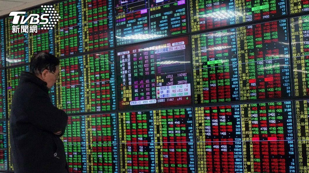 (圖/中央社) 台股開高走低 觸萬七大關後一度跌逾百點