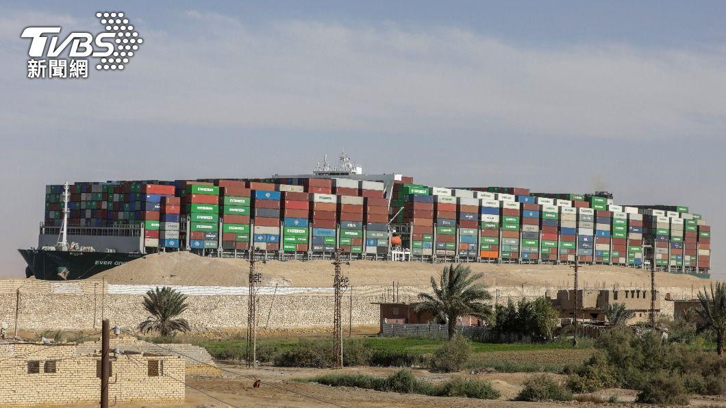 長賜號3月發生意外卡在蘇伊士運河。(圖/達志影像路透社) 不放行長賜號 埃及要求交出「288億賠償金」才能走