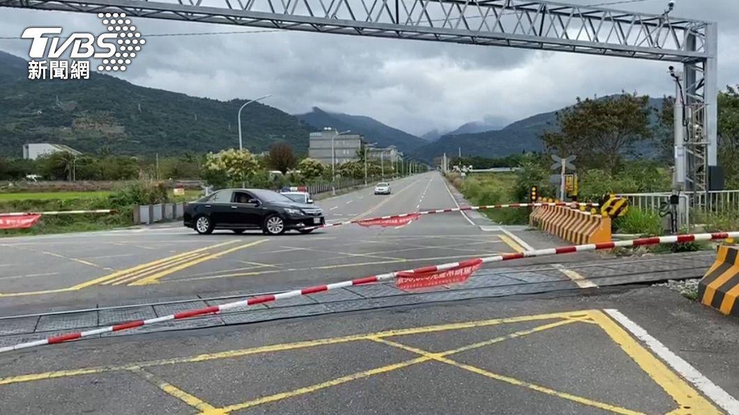 (圖/中央社) 台鐵南迴線平交道柵欄故障 3小時還未修復