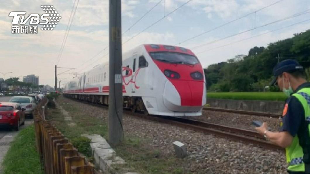 台鐵一輛普悠瑪271次列車行經烏日平交道時發生輾斃男子的事故。(圖/TVBS) 烏日平交道意外 男遭普悠瑪輾過「肢體分離」慘死