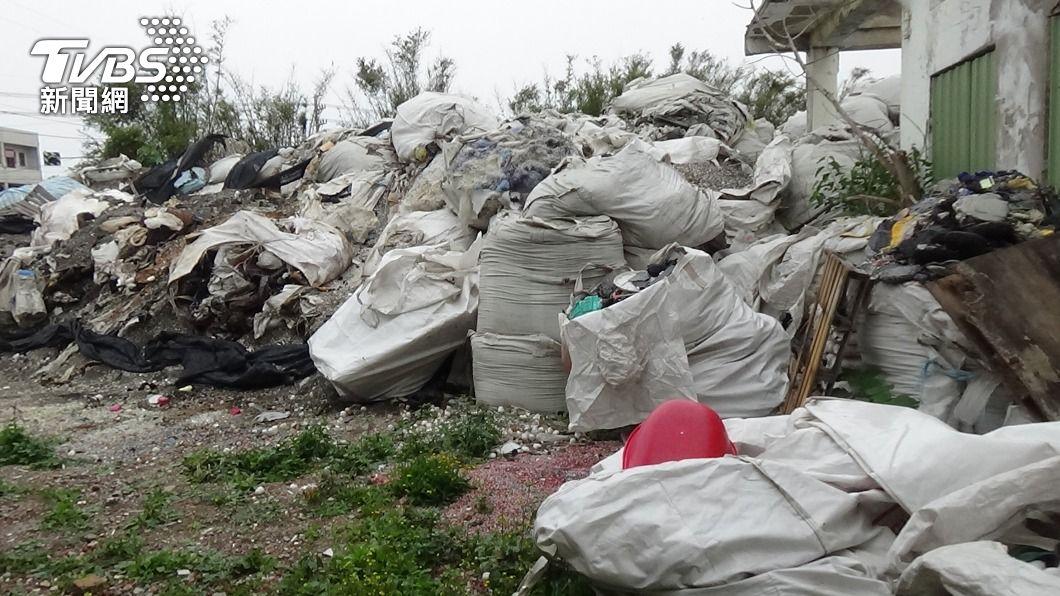 (圖/中央社) 彰化廠房藏上萬噸事業廢棄物 還偷載到屏東倒