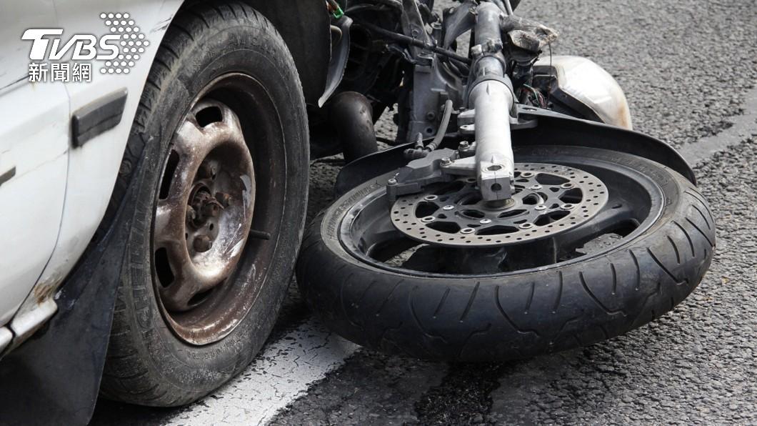 桃園市一名男子開車載著2名友人,途中不慎撞上一名機車騎士。(示意圖/shutterstock 達志影像) 3男車禍撞到人顧聊天 隔42分鐘才報案害枉死