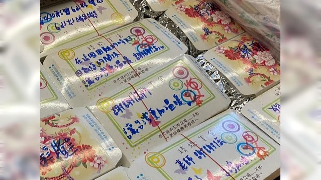 修復師的便當盒上被寫滿感謝的話語。(圖/翻攝自爆廢1公社) 送餐給修復師 他見便當盒寫滿「溫暖字跡」:最美風景!