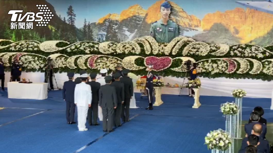 空軍司令部在台東志航基地舉行殉職飛官羅尚樺公祭典禮。(圖/TVBS) F-5E羅尚樺公祭現2鴿子、老鷹 同袍淚:他們回來了