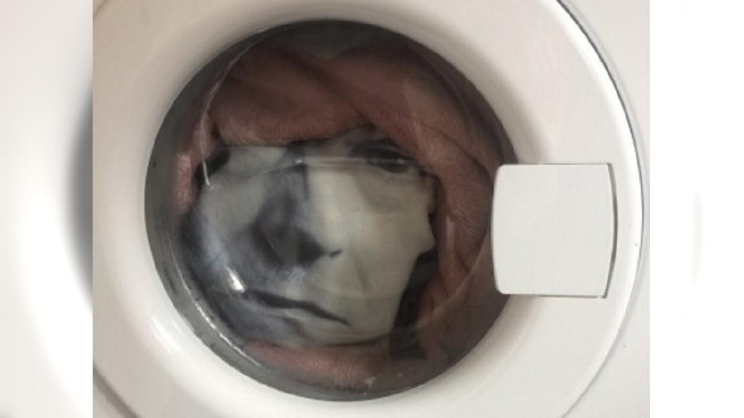洗衣機窗口突然浮出一張黑白人臉。(圖/翻攝自Alex boardman推特) 洗衣機浮「驚悚黑白人臉」猛盯 英男嚇:心臟病險發作