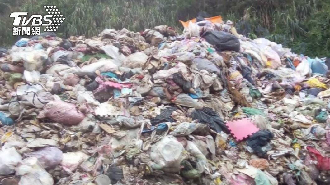 石門區淡金公路遭堆置大量垃圾。(圖/中央社) 淡金公路驚現「垃圾山」 環保局重罰300萬