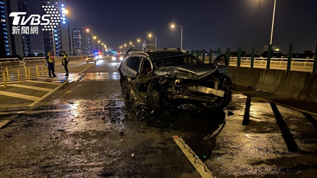 台南台86線轎車自撞分隔島 3傷、1命危搶救
