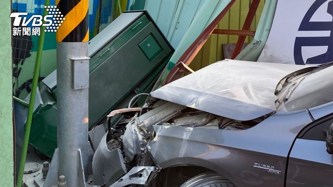高雄今(11)日清晨發生酒駕自撞燈箱車禍。(圖/中央社) 高雄自小客酒駕撞毀燈箱 車上3女受傷急送醫