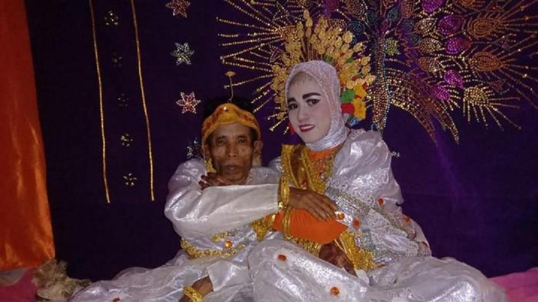 印尼日前舉辦了一場令人矚目的婚禮。(圖/翻攝自推特) 印尼58歲男求愛大媽被拒 她19歲女兒卻點頭嫁了
