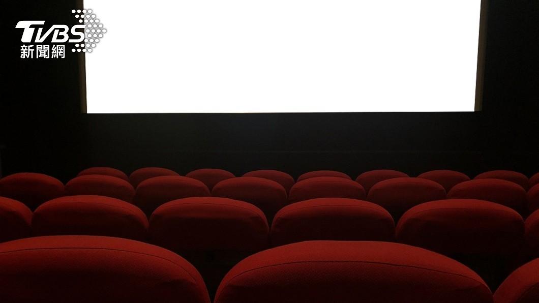 英國一對年輕夫妻日前到電影院看電影。(示意圖/shutterstock 達志影像) 悚!看完電影彎腰撿手機 英男遭電動椅夾頸亡