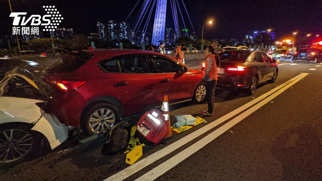 國1南下9.6公里處發生7車連環撞事故。(圖/中央社) 國1汐止交流道前7車連環撞 1人送醫