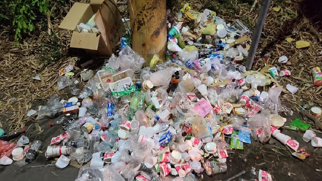 (圖/翻攝自「爆料公社(官方粉絲專屬)) 遶境滿地垃圾飲料罐 網怒:媽祖真的會高興?