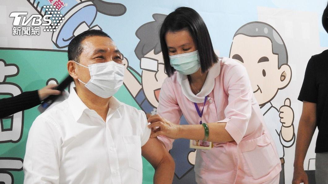 圖為新北市長侯友宜日前接種疫苗。(圖/中央社) 侯友宜:接種AZ疫苗沒有不舒服 籲勇於施打