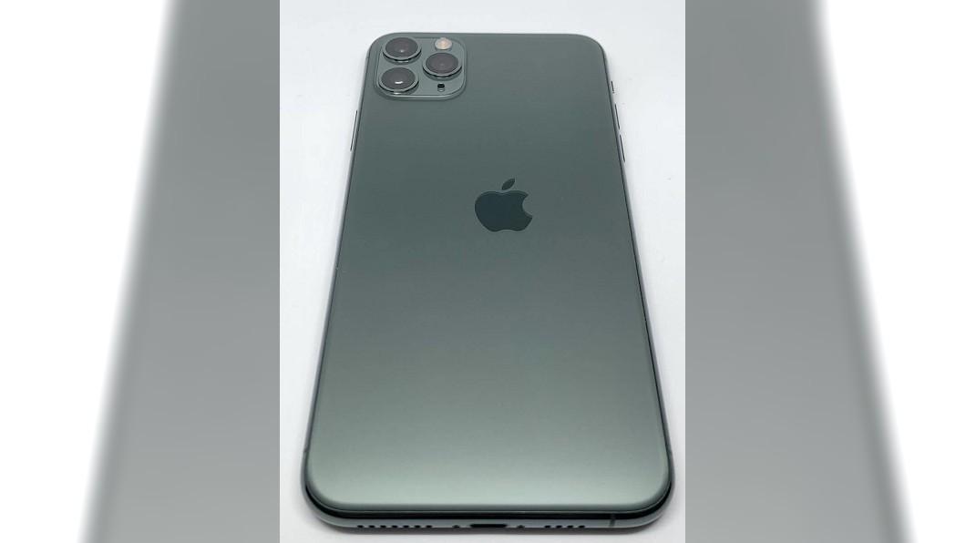 有網友分享一支iPhone 11 Pro手機的瑕疵品照片。(圖/翻攝自推特) 億分之一的機率!哀鳳「LOGO印歪」 喊價狂飆近8萬