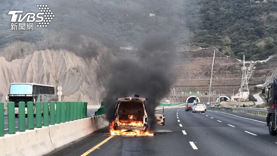 國道3號南下路段高雄中寮隧道前發生火燒車意外。(圖/TVBS) 國3高雄中寮隧道前火燒車 5人遭火吻燒燙傷送醫