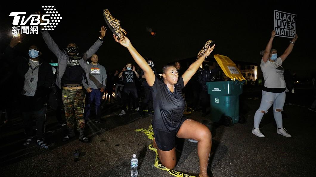 民眾對於佛洛伊德案事發地再有非裔被殺十分憤怒。(圖/達志影像路透社) 佛洛伊德屍骨未寒 案發地附近「又一非裔男」被警槍殺