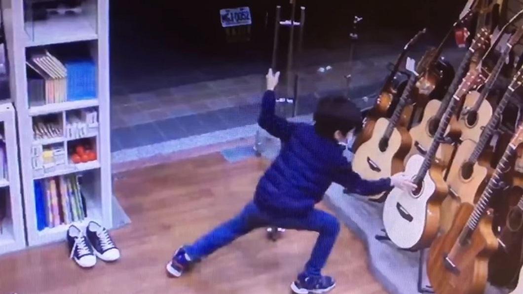 新北市一間樂器行出現一名男童多次進入店裡偷彈吉他。(圖/翻攝自天籟之音音樂藝術中心-中和店臉書) 吉他男童找到了!嬤曝「偷彈速逃」原因 老闆笑:真可愛