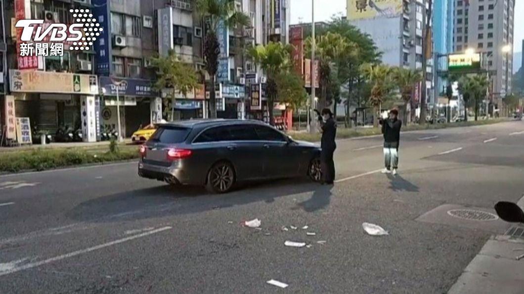 北市內湖區一名婦人疑似闖入馬路遭撞飛身亡。(圖/TVBS) 台北婦「突現馬路中」遭賓士車撞飛 搶救2小時身亡