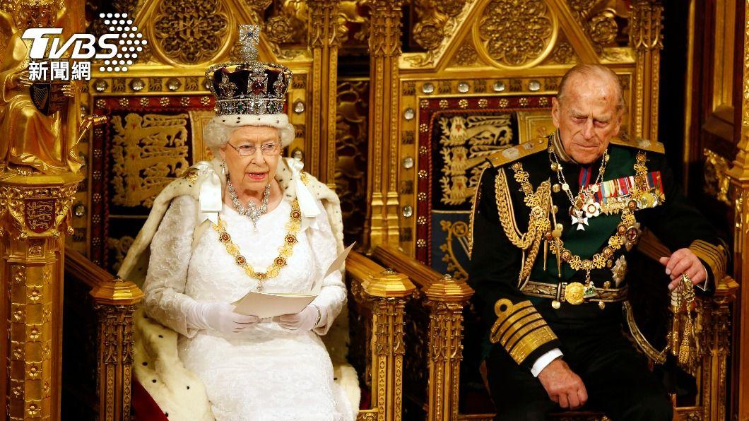 英國女王伊麗莎白二世與夫婿菲立普親王。(圖/達志影像路透社) 威廉、哈利王子悼菲立普親王 感念祖父對女王奉獻