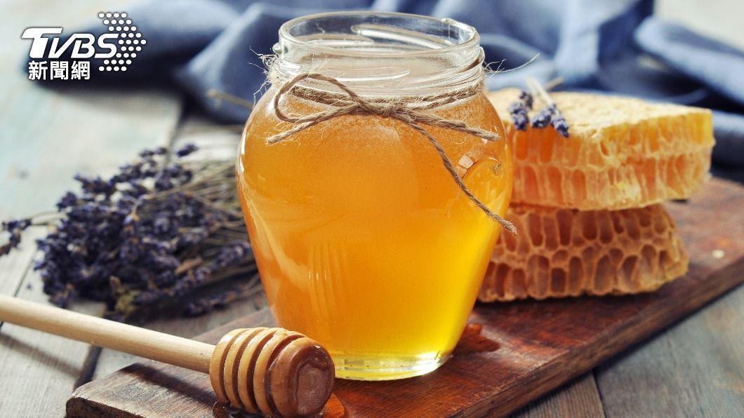 蜂蜜營養價值高,成為不少人的心頭好。(示意圖/shutterstock達志影像) 已開封蜂蜜不放冰箱易壞?專家揭「小動作」恐變質