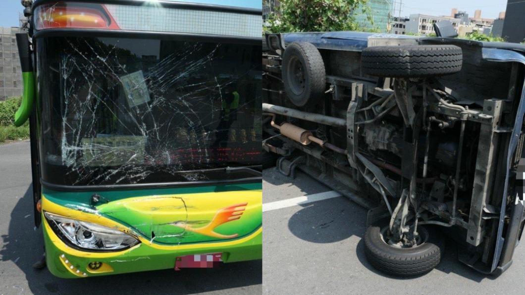 屏東東港一輛小客車與遊覽車發生擦撞,不慎翻覆。(圖/翻攝自東港五四三臉書) 自小客車路口擦撞遊覽車翻了!警調電眼釐清「誰闖紅燈」