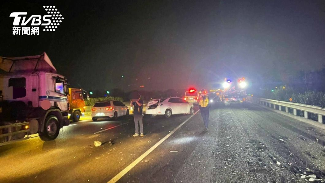 (圖/中央社) 轎車失控撞國道護欄乘客被拋飛 後車輾過釀1死1傷