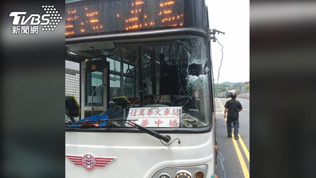 駕駛座前的擋風玻璃被刺穿一個大洞。(圖/TVBS) 樹林地下道貨車載物過長 直插對向客運玻璃駕駛傷