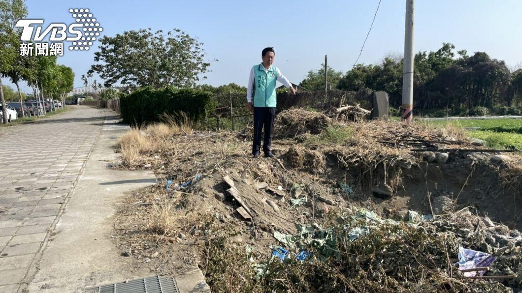 (圖/中央社) 偷倒廢棄泥土 中市府將會勘依法告發處分