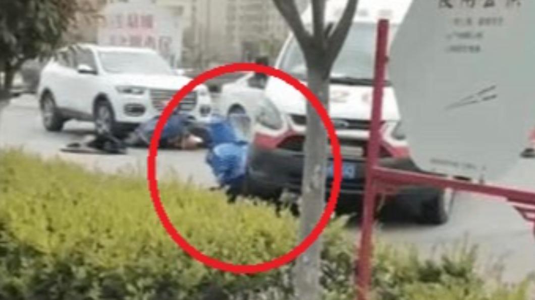 車禍的外送員當場遭救護車輾壓下半身。(圖/翻攝自《紅星新聞》) 陸外送員車禍躺地 遭救護車「二度輾下身」小腿骨裂
