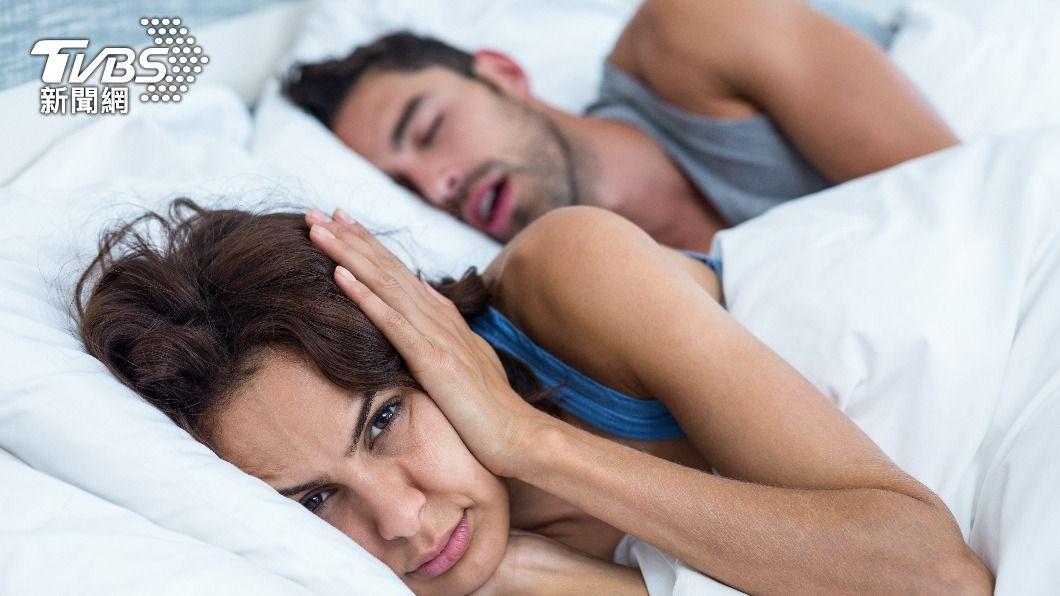 現代人時常因打呼而導致睡眠品質下降。(示意圖/shutterstock達志影像) 免開刀一夜好眠 醫師親授4秘訣有效止鼾