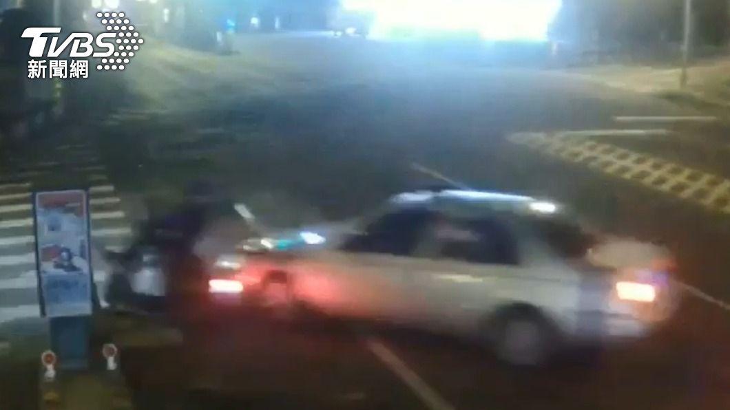 嫌犯從後方衝撞被害人,並將人強押上車。(圖/TVBS) 宜蘭清晨傳強押擄人 警攻堅一嫌逃跑墜樓亡