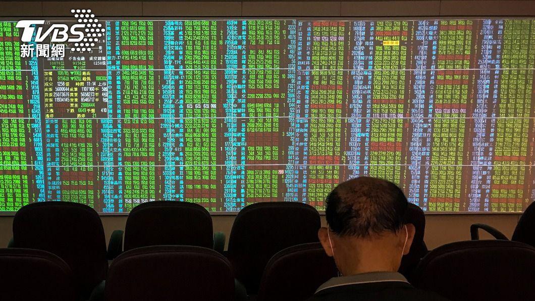 (圖/中央社) 電子、傳產開高走低 台股盤中翻黑跌逾200點