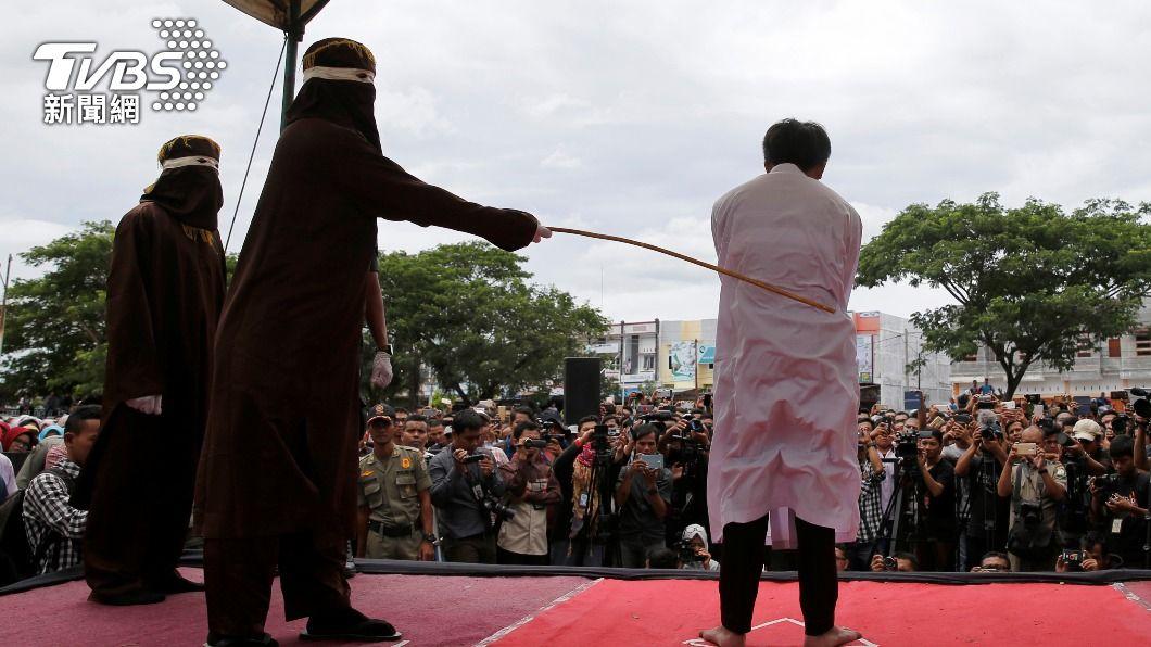 印尼一名公務員外遇被判鞭刑100下。(示意圖,非當事人/達志影像路透社) 印尼公務員外遇判鞭刑1百下 「腿軟抖喊卡」蹲地求喝水