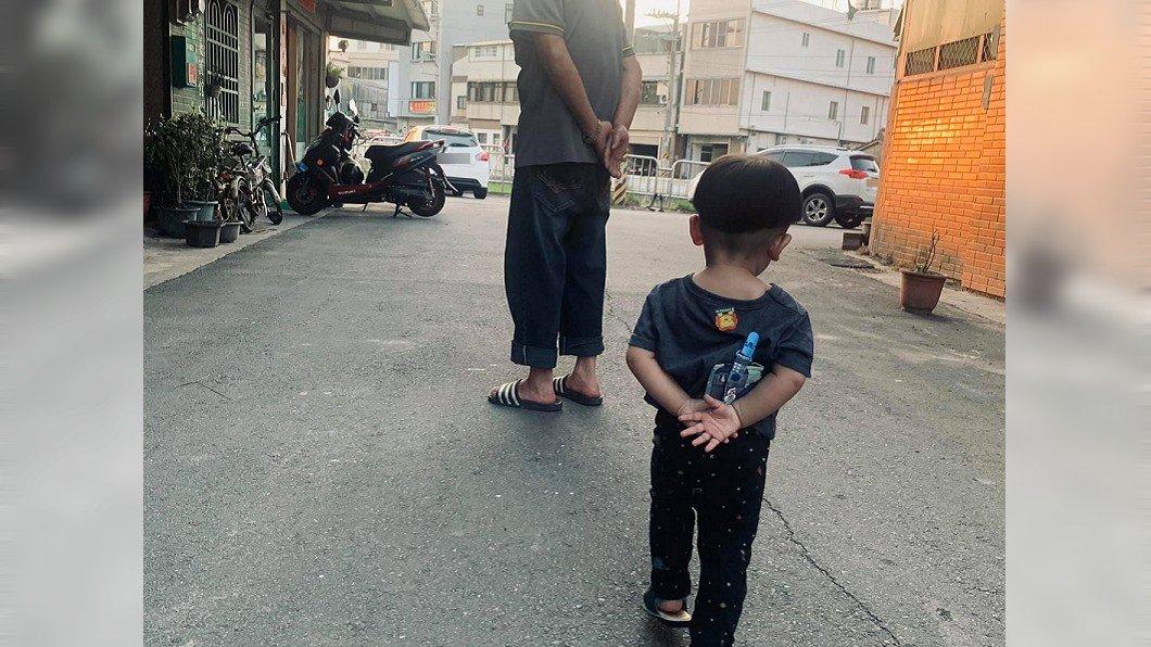 網友曬出孩子的走路模樣,祖孫2人姿勢幾乎一模一樣。(圖/翻攝自爆廢1公社) 孩子走路姿勢洩「阿公帶大的」 2.3萬人笑翻認證