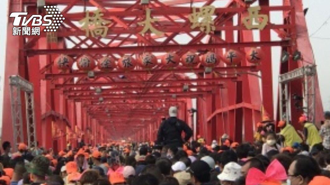 白沙屯媽祖下午4時許也經過西螺大橋,繼續南行。(圖/中央社) 雙媽齊駐西螺直線距離500公尺 民眾仍呼幸運