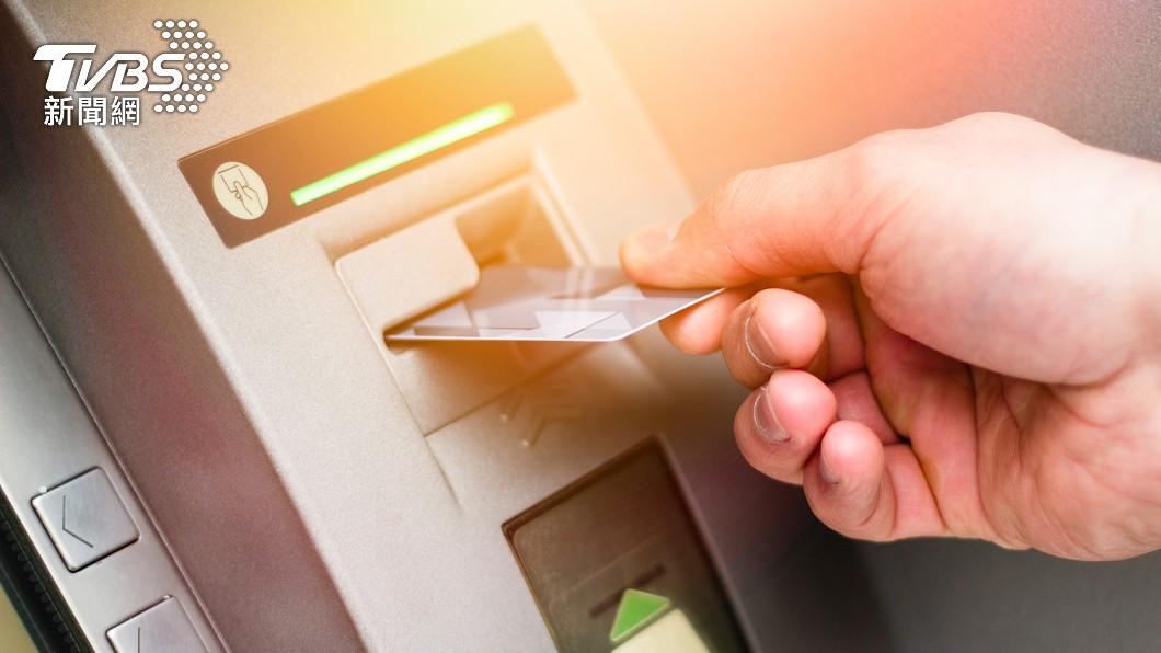 ATM功能完善。(示意圖/shutterstock達志影像) 一領錢秒收妻關心訊息 人夫淚「逃不出手掌心」:很累