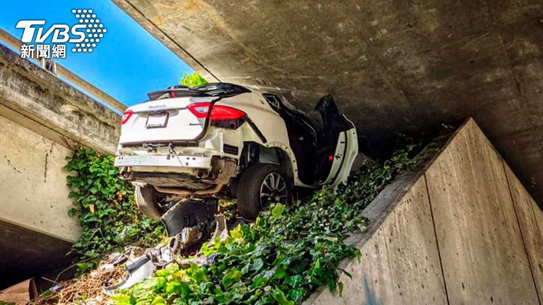 瑪莎拉蒂為了躲避警方臨檢直接撞進橋墩。(圖/達志影像美聯社) 美國瑪莎拉蒂時速飆160 躲警拒檢失控「直插橋墩」