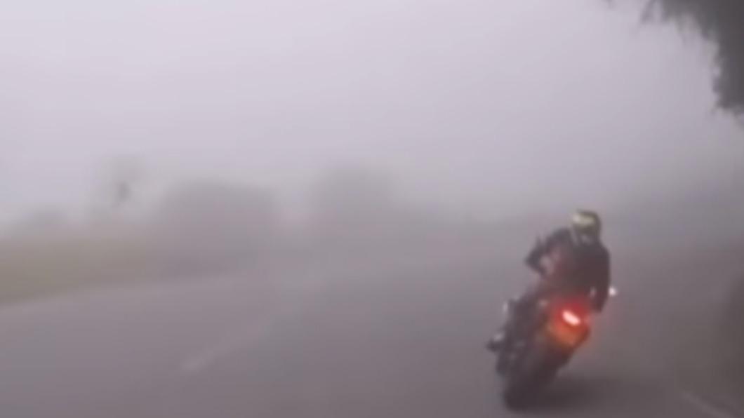 騎士們在濃霧山路中高速疾駛。(圖/翻攝自「八卦村-行車紀錄器影片上傳中心」)