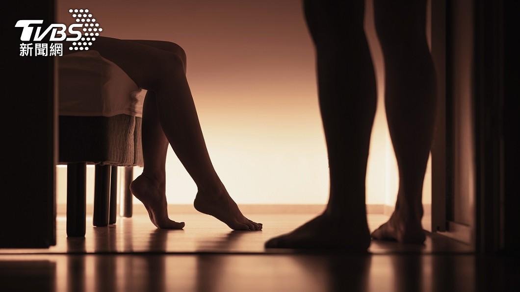 女子劈腿兩男,但她指控丈夫有家暴傾向,兩人早已貌合神離。(示意圖/shutterstock達志影像) 3小孩2個爸!人妻共處2男「吃吐司過活」揭荒唐行徑