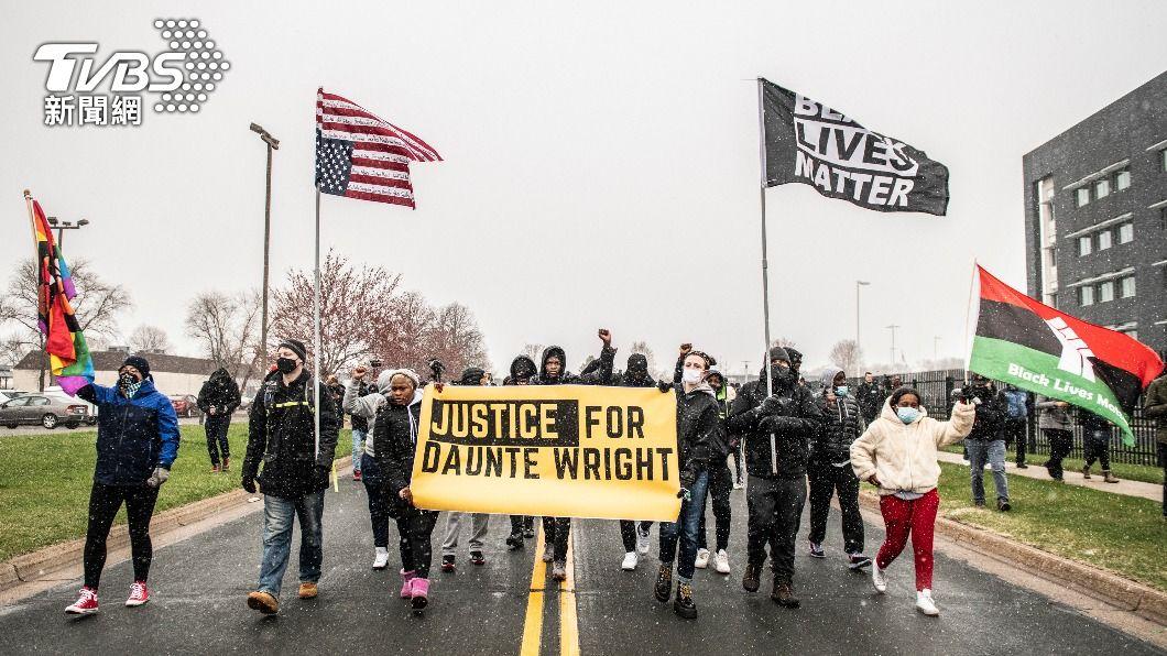 圖為美國民眾為20歲非裔男萊特被警察開槍擊斃一事示威。(圖/達志影像美聯社) 稱誤擊致20歲非裔男喪命 美國女警被控過失殺人