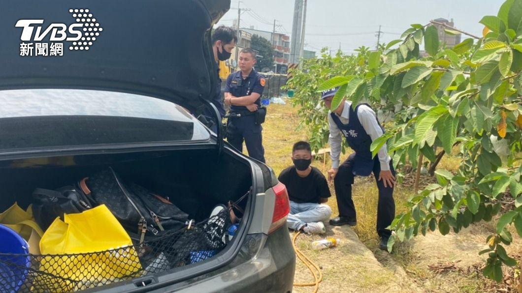 李嫌見到警方當場腿軟遭逮。(圖/TVBS) 高雄工廠尋仇轟10槍 嫌見警狂奔「腿軟扭傷」落網