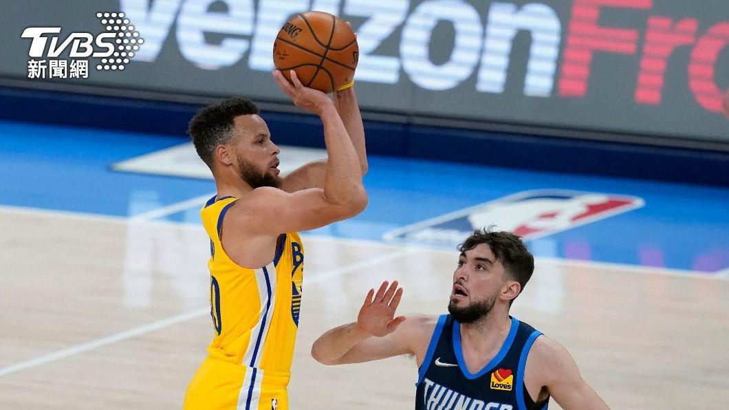 NBA勇士柯瑞狂轟42分。(圖/達志影像美聯社) 柯瑞第二度連2場至少10記三分球 NBA第一人